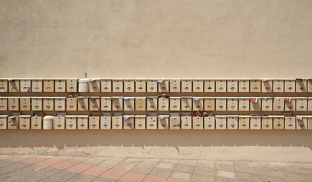 Adressändring vid flytt, brevlådor med namn